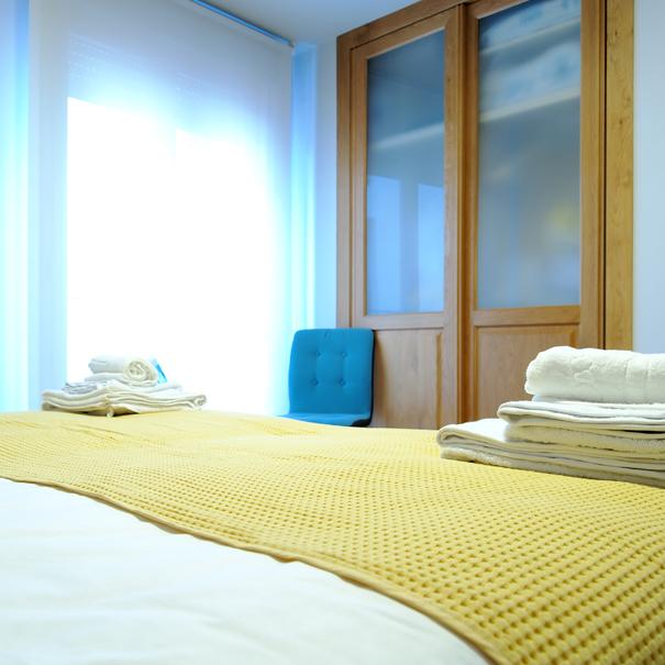 Apartamento Estella-Lizarra I  cama dormitorio, armario y balcon